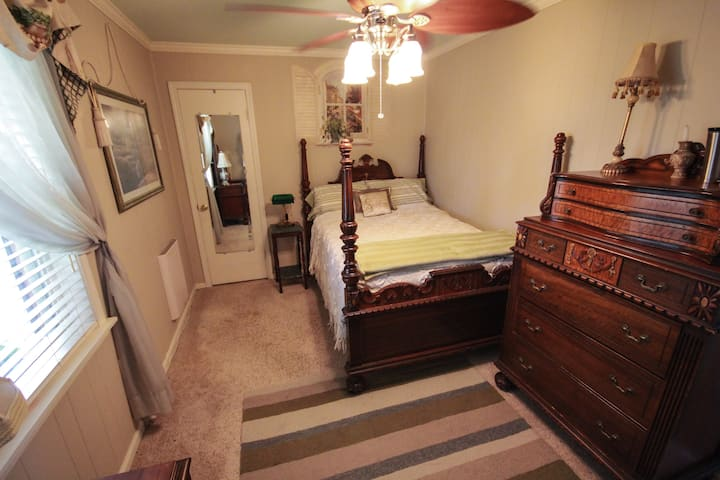 Country Living BNB - private room-full bed
