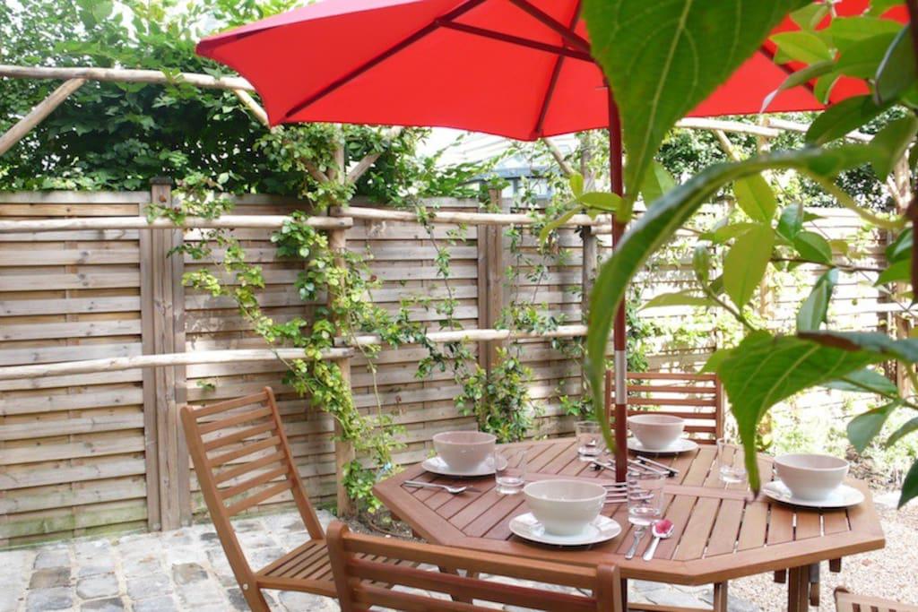 Breakfast outside in the sun / Le petit déjeuner en terrace