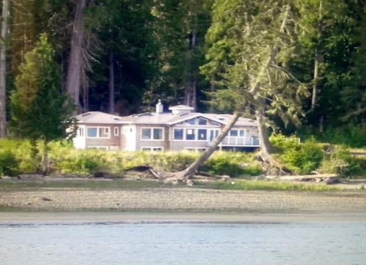 Luxurious Waterfront Home / Near Telegraph Cove