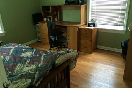 Cozy 2BR St. Louis home - Casa
