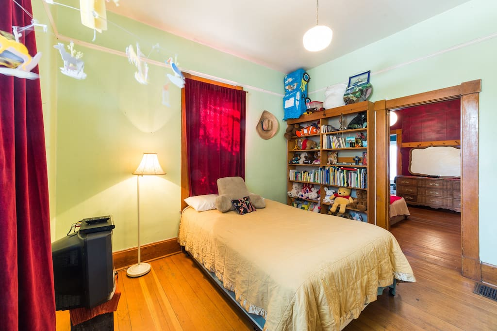 front bedroom with books for kids and adultsj dxyc⬆️r