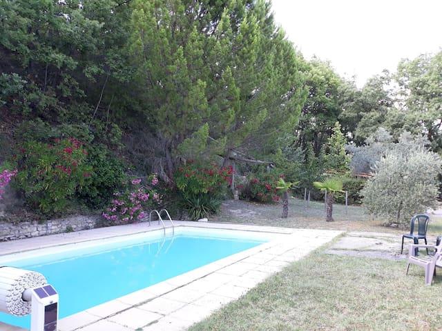 Le Nid du Colibri : Cigales, piscine et air pur.