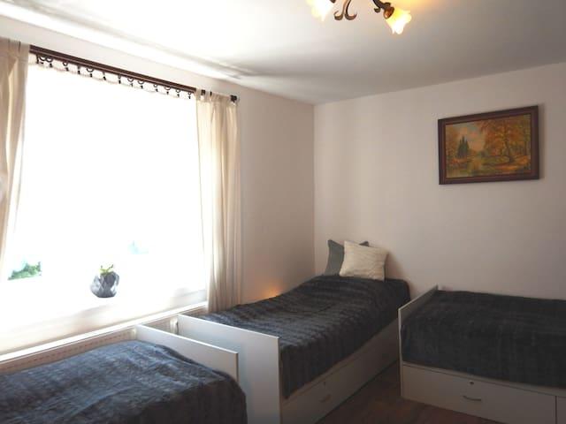 Pokój nr 2 - wygodne cztery pojedyncze łóżka