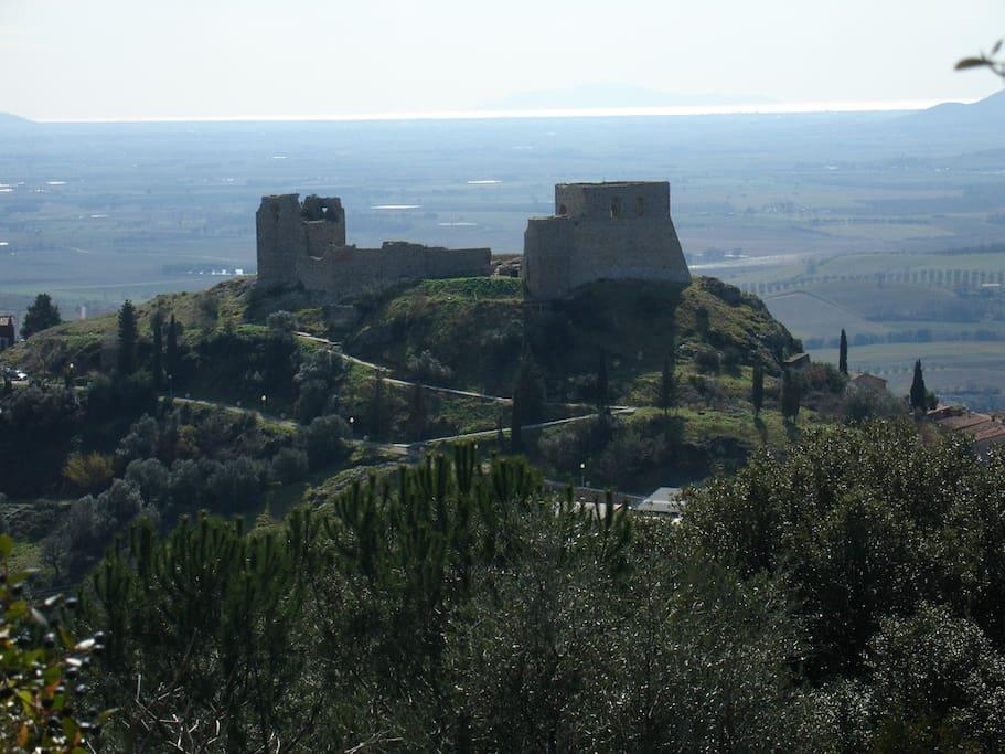 Castello di Montemassi e panorama sul Giglio