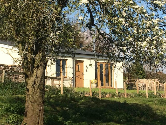 Perry Pear Cottage-cosy wood burner, restful views