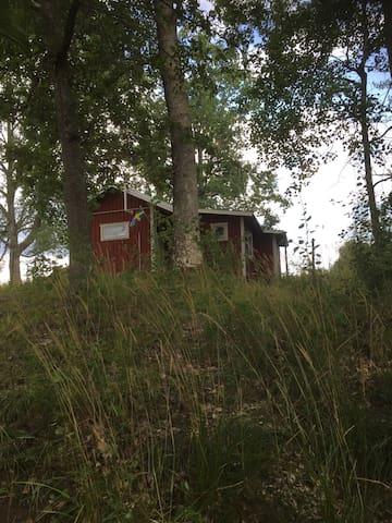 Nyrenoverad, mysig stuga mitt i naturen på gård