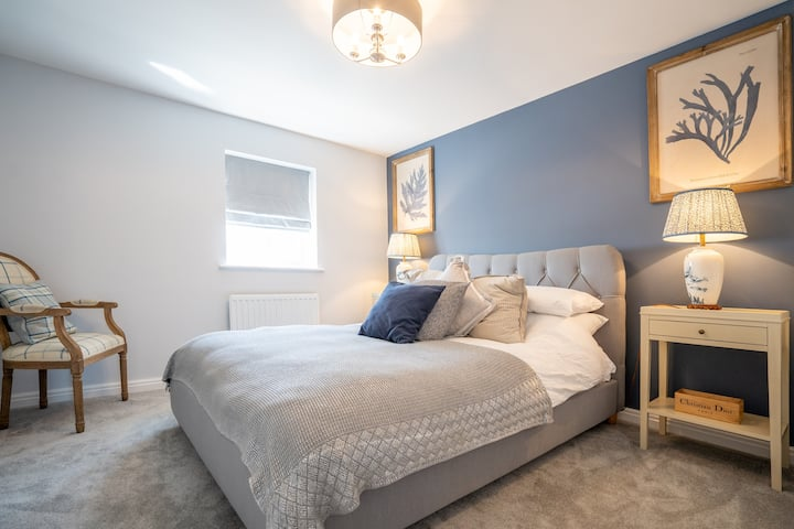 Two double bedrooms in new build 4 bedroom house