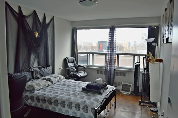 Cozy private bedroom downtown