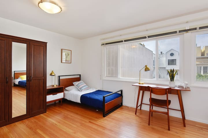 Twin bed in the 3-people room/Japantown
