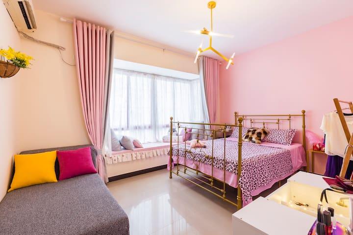 浪漫的卧室+大飘窗+贵妃大沙发+化妆台