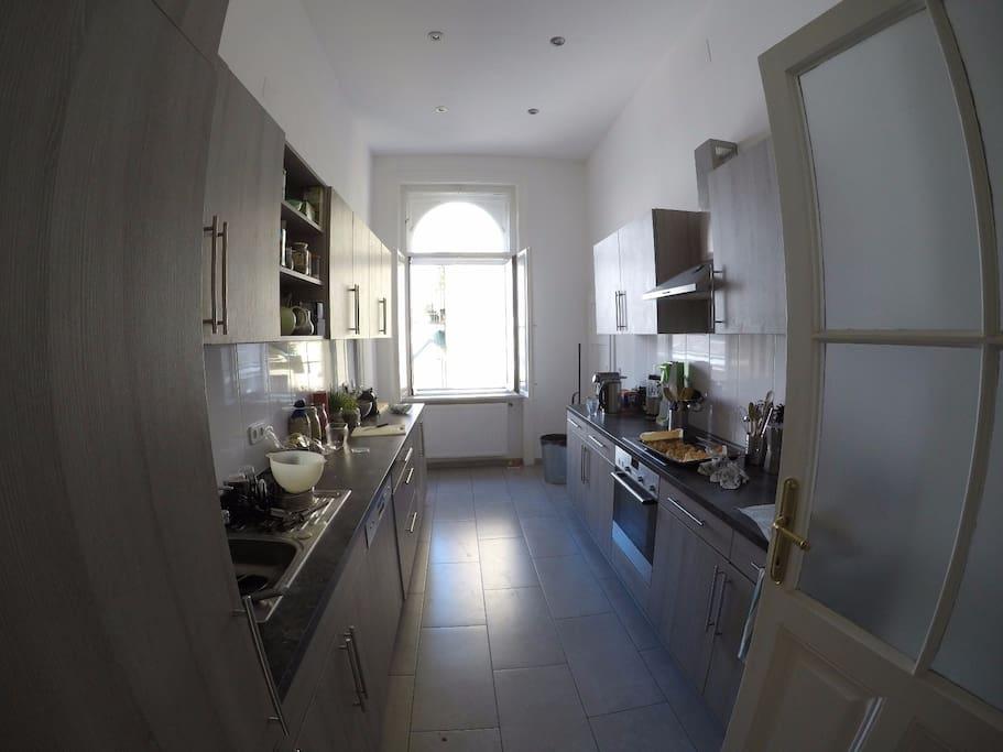 Volleingerichtete Küche mit Spülmaschine, Mikrowelle etc.