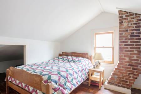 Loft bedroom in restored 1800's village duplex - Saugerties - Apartment