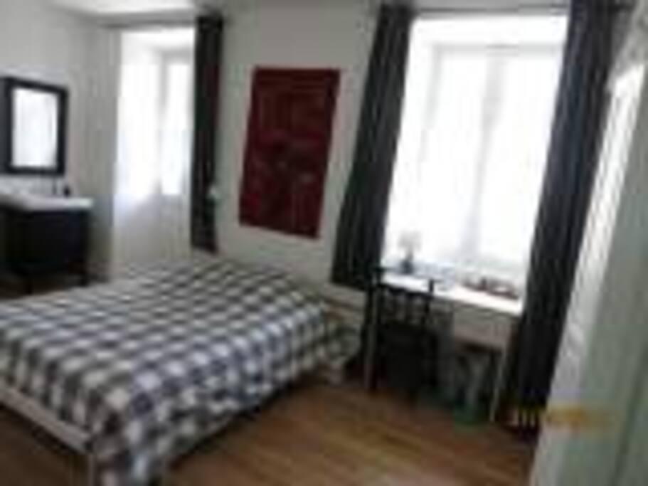Chambre spacieuse,  2 lits (1 simple, 1 double) idéale pour une famille