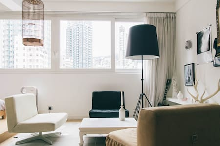 Stylist,comfortable and relaxing place with an open studio with 1 double bed, large living room and kitchen. It is a quiet apartment in an attractive area, in the center of HK island. Very convenient: tram, MTR and taxi stop. Also roof terrace.