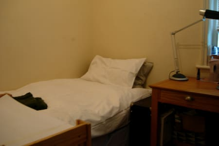 Monks Cell with Single Bed and Desk - London - Apartment