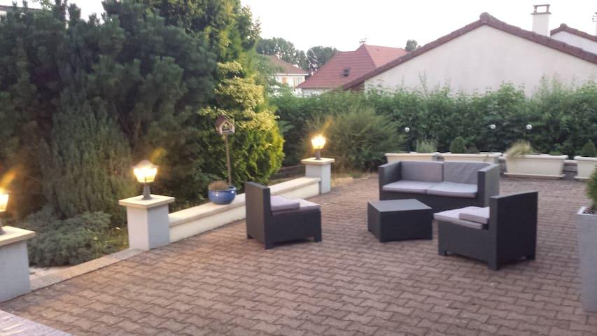 Chambre individuelle RDC avec terrasse et piscine