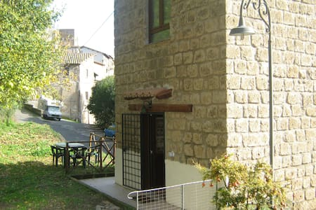 Romantica torretta via Francigena - Capranica