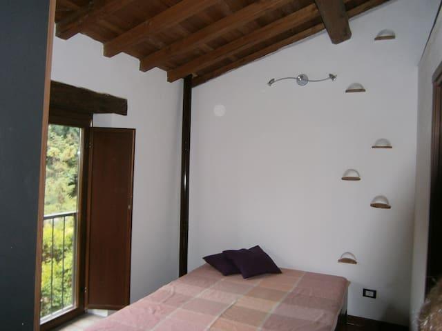 Camera da letto e scaletta verso il soppalco del bagno.