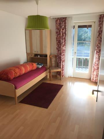 1-Zimmer in 6.5 Zimmer Reihenhaus