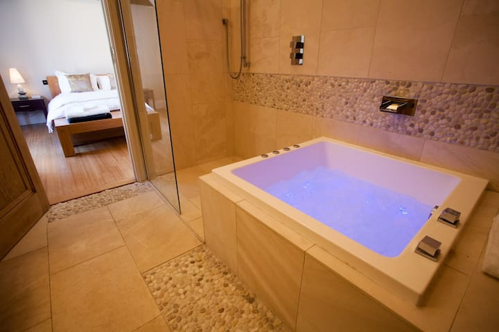 'The Orchid Suite' with cinema screen and jacuzzi
