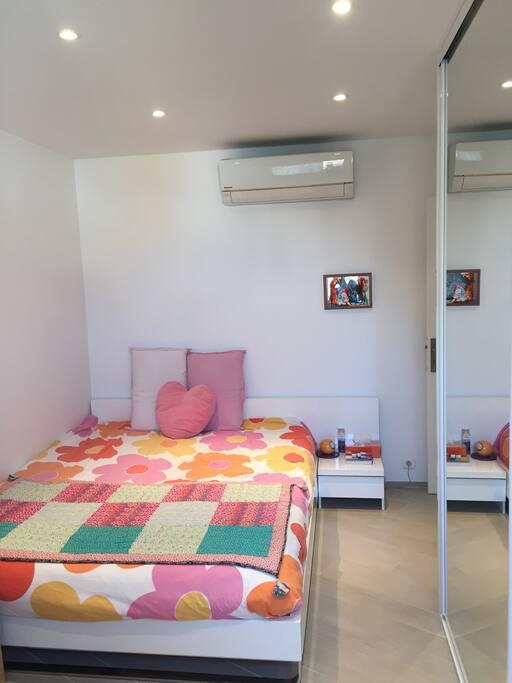 1 des 3 chambres avec un grand lit double + placard , au calme