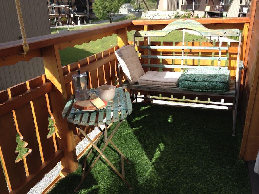 Un grand balcon plein sud idéal pour le farniente, après les randonnées ou la baignade