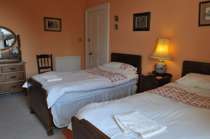 Twin en-suite room ~ with mountain views - Crieff - Bed & Breakfast