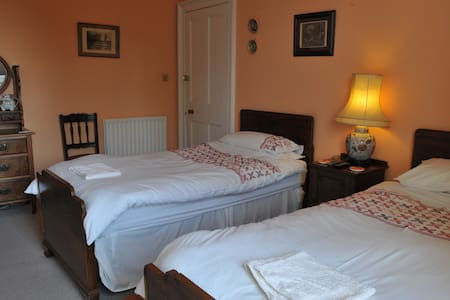 Twin en-suite room ~ with mountain views - Crieff