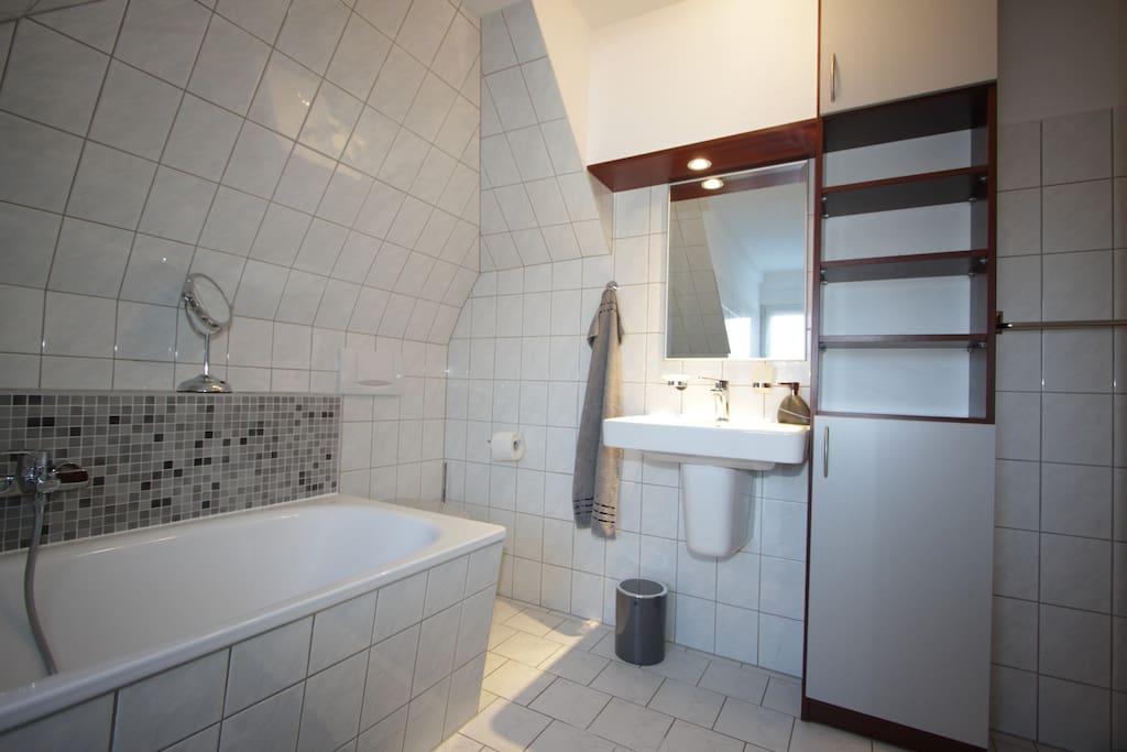 Bad mit Badewanne, Waschtisch und WC