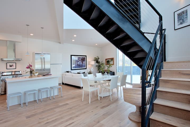 beautiful loft in melrose place
