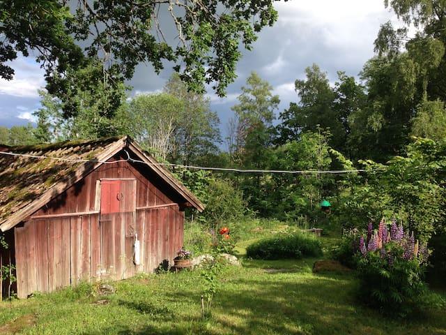 Idyllisk stuga ute på landet - Uppsala Ö - Srub