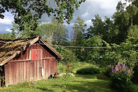 Idyllisk stuga ute på landet - Uppsala Ö - Zomerhuis/Cottage
