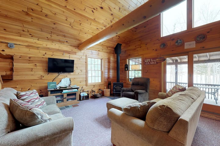 Dog-friendly, isolated lakefront log cabin w/ rustic atmosphere, free WiFi