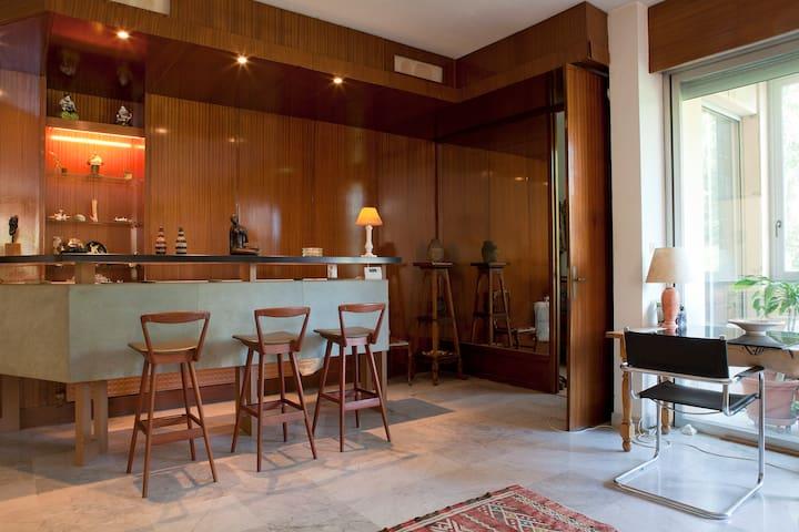 Chaleur du bois, ,lumière  du dehors ,espace, volume et fraicheur du marbre au sol