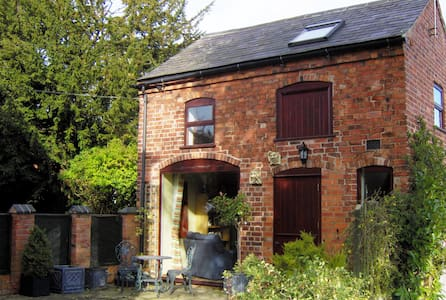 Cosy converted coach house close to town centre. - Ashby-de-la-Zouch - Townhouse