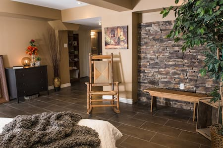 Headwaters Retreat- Hot Tub & Private Suite