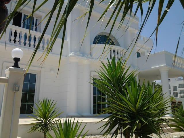 Sevilla Elegance villa - Kyrenia, Girne - Huvila
