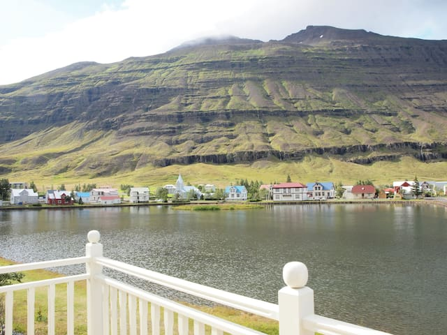 Myndahús unique location and view by the lagoon