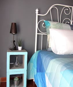 Cosy bedroom in friendly guest house, Casa Piteira