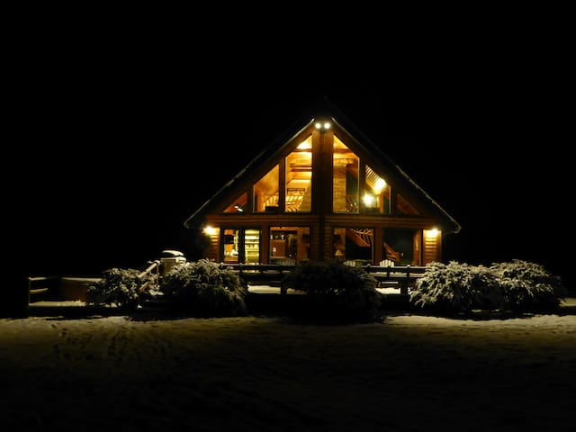 Stowe Log Chalet: Fireplace | Hot Tub | Views (M)