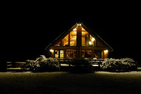 Stowe Log Chalet: Fireplace | Hot Tub | Mtn. Views - Morristown