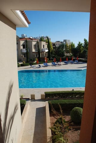 Well equipped apartment with large communal pool. - Ayia Marinouda - Apartamento