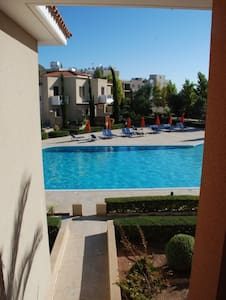 Well equipped apartment with large communal pool. - Ayia Marinouda - Apartmen