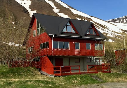 Spacious villa in the Westfjords, stunning view - Flateyri