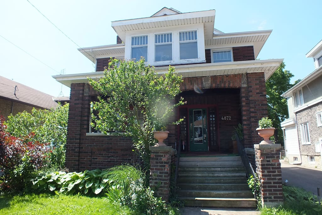 Early 20th Century home on quiet street. Close  to Falls, entertainment, rail and bus, border crossing.