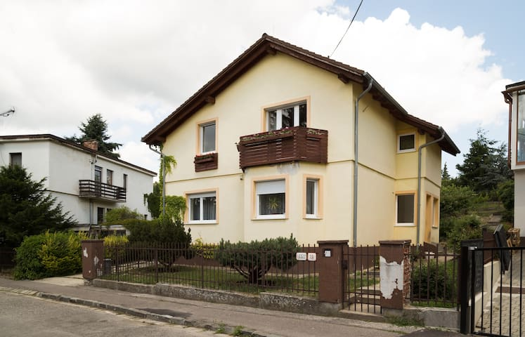 Large quiet apt. with free parking and breakfast - Bratislava - Casa
