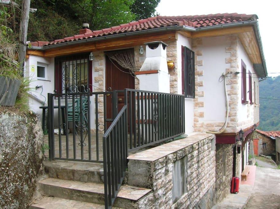 Fachada, Entrada, Terraza Patio, con Barbacoa.