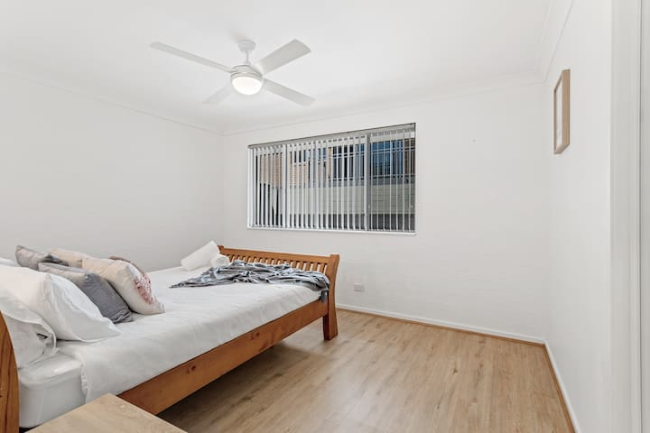 Queen bedroom with single trundle under bed