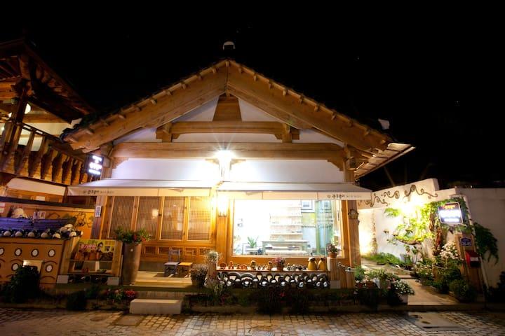 (큰주댕이-감동웃음) 넓은창으로 들어오는 햇살이 따스한 방 (복층구조,편백 라텍스침대). - Wansan-gu, Jeonju - Bed & Breakfast
