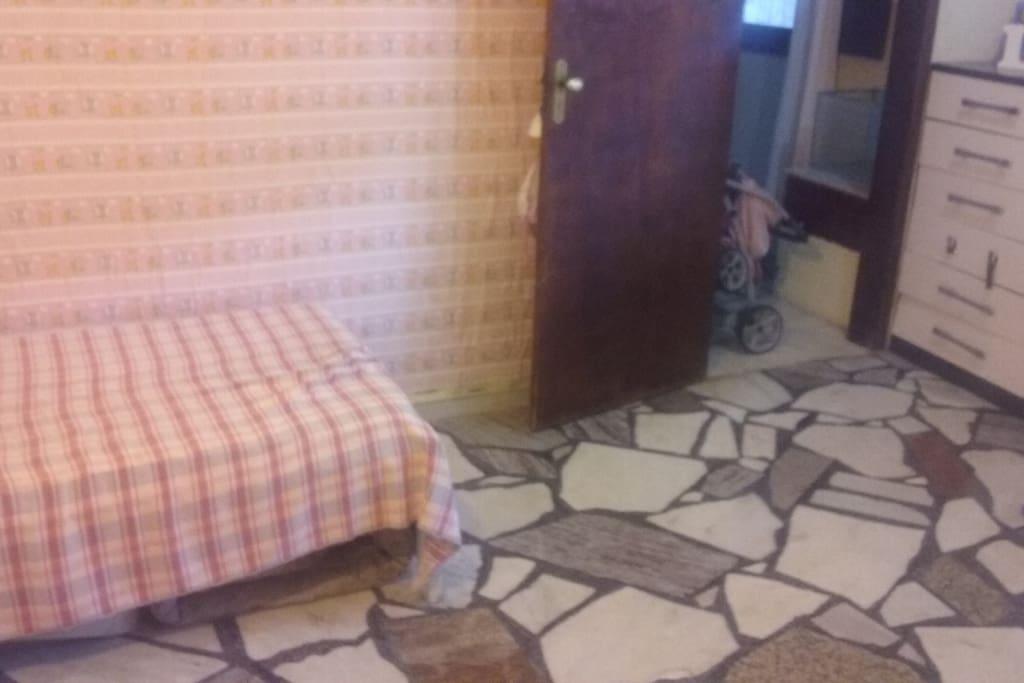 Quarto com banheiro,1 cama solteiro , 1 colchonete, espaço pra colocar colchonetes, 2 armarios